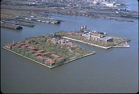 Vue aérienne d'Ellis Island dans l'Upper New York Bay à côté de la statue de la Liberté (non visible), deux symboles de l'immigration vers le nouveau monde et du rêve américain aux XIXe et XXesiècles.