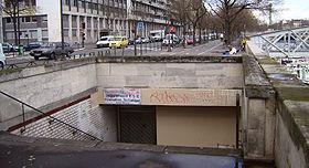 Entrée de la station; est visible tout au fond la place de la Bastille