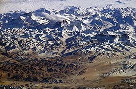 Vue aérienne de l'Himalaya, l'Everest se situant au centre de la photo.