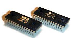 MOS Technology SID: L'image de droite montre un 6581 de MOS Technology, connu à ce moment là sous le nom de Commodore Semiconductor Group (CSG) et l'image de gauche montre un 8580 de MOS Technology.