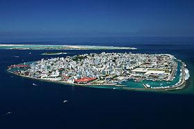 Malé avec l'île d'Hulhulé en fond