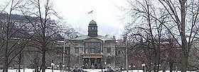 Le pavillon des Arts en hiver. Construit en 1843, il s'agit du plus vieil édifice du campus.