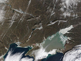 La faible profondeur de la mer d'Azov en clair se distingue de la plus profonde mer Noire.