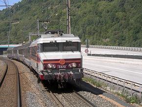 Croisant la CC 6572 pour Modane à Saint-Michel-de-Maurienne, en Savoie (août 2004).
