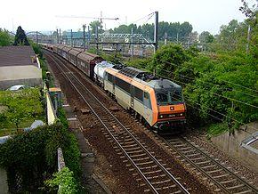 Image classique de la Grande Ceinture: au passage de Sucy-en-Brie, un train s'engage sur la «Complémentaire» en direction de Noisy-le-Sec. Noter à l'arrière plan, la gare de Sucy - Bonneuil sur le RER A
