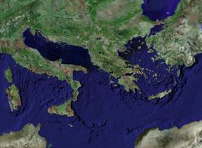 On observe la limite de la mer Ionienne par les hauts fonds qui forment ses remparts.