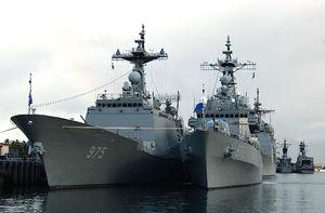 Destroyers Yi (DDG 975) et Euljimundok (DDG 972) sud-coréens en 2004