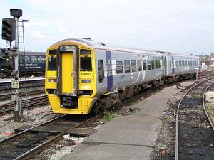 Rame classe 158 à Bristol Temple Meads exploitée par Arriva Trains Wales mais portant encore la livrée bleu et argent de Wales and Borders