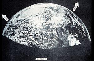 Première photo prise en haute atmosphère d'un système météorologique le 5 octobre 1954 par une fusée-sonde, l'ancêtre de la photographie satellitaire