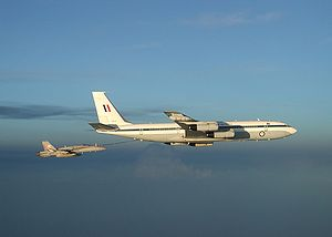 Boeing 707 de la Royal Australian Air Force ravitaillant un F/A-18
