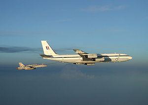 Boeing 707 de la Royal Australian Air Force ravitaillant un F/A-18