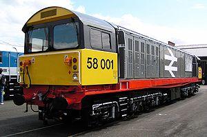 La locomotive n° 58001 exposée aux ateliers de Doncaster le 27 juillet 2003. Elle avait été repeinte à cette occasion dans sa livrée Railfreight originelle à bande rouge.