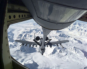 Ravitaillement d'un Fairchild A-10 Thunderbolt II par un KC-135 de l'US Air Force
