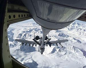 Ravitaillement d'un Fairchild A-10 Thunderbolt II par un KC-135 de l'US Air Force