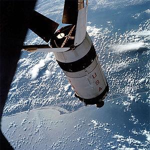 L'étage S-IVB d'Apollo 7 en vol orbital autour de la Terre. Apollo 7 utilisa un lanceur Saturn IB, et non Saturn V, sachant que l'étage S-IVB était quasiment identique sur ces deux lanceurs