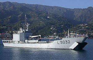 le Dumont d'Urville en manoeuvre en rade de Papeete