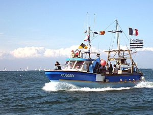 Bateau de pêche pavoisé pour la fête de la Mer dans la baie de Quiberon
