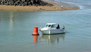 Exercices d'un bateau école à l'entrée du port des Minimes
