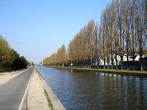 Le canal le plus classique en europe; aux berges artificielles; bordées de peupliers, longé par une voie carossable et/ou d'une ancienne voie ferrée ayant servi au halage des péniches.  (ici Canal de l'Ourcq au parc de la Bergère