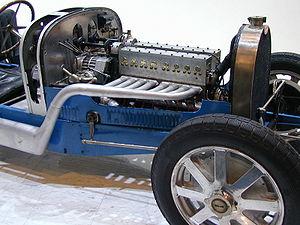 Gros plan sur le 8 cylindres de Jean et Ettore Bugatti