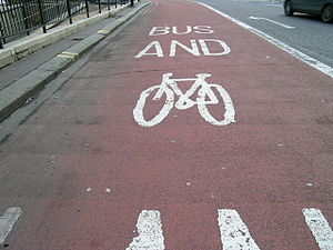 Marquage de sol en anamorphose sur une voie pour bus et vélo: Bus and