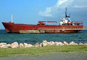 Un petit cargo à Cap-Haïtien, Haïti, quelques semaines avant qu'il ne soit échoué, trop vieux pour naviguer encore.