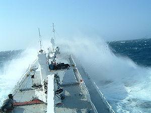 La coque doit pouvoir supporter les dures conditions de mer: illustration sur un navire frigorifique dans du mauvais temps.