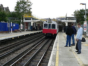 Voie du métro de Londres montrant les 3e et 4e rails entre les rails de roulement