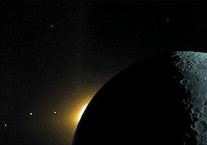 Le plan écliptique est visible sur cette photo prise lors d'une expédition sur la Lune en 1994. Cette étonnante prise de vue révèle (de droite à gauche) la Lune éclairée par le clair de Terre, le Soleil se levant sur la face cachée de la Lune, et les planètes Saturne, Mars et Mercure (les trois points à gauche).