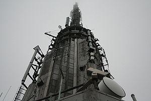 L'antenne de diffusion de 62 mètres, qui porte la taille de l'Empire State Building à 449 mètres