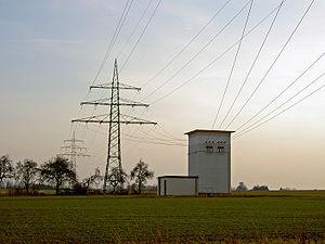 Câbles électriques haute tension plus un Transformateur électrique de distribution