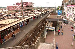 Le batiment de la gare. Côté RER D, voie 11 direction Corbeil-Essonne