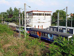 Rame inox rénovée du transilien Paris-Nord poussée par une BB 17000 arrivant en gare d'Ermont - Eaubonne (Val-d'Oise)