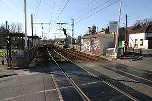 A gauche, la voie 1 en direction de Melun. A droite la voie 2 en direction de Paris et le guichet de gare (le petit batiment blanc et marron).