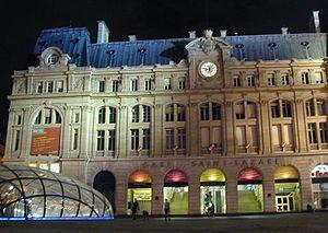 Façade de la Gare Saint-Lazare de nuit avec l'édicule de verre réalisé par Jean-Marie Charpentier