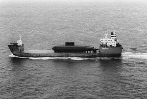 Le SS Sea Teal transportant un sous-marin chinois de classe Kilo en 1995.