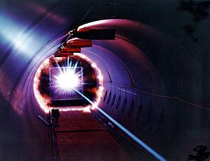 Test destiné à simuler l'impact d'un débris spatial dans un véhicule en orbite au centre de recherche de la NASA