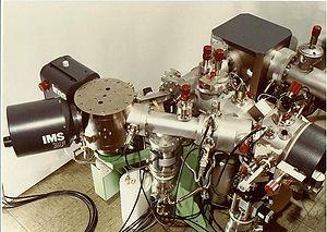 IMS 3f de Cameca: Ce modèle, lancé en 1978 est équipé, ci-dessus, de 2 sources d'ions primaires: Duoplasmatron et Césium