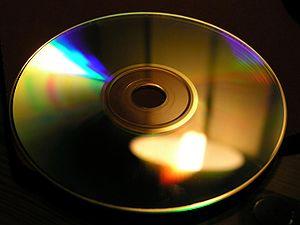 Un disque compact agit comme un réseau de diffraction: on observe des irisations colorées.