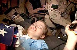 Le sauvetage de Jessica Lynch, mené par les forces spéciales U.S. en pleine couverture médiatique de l'Opération libération de l'Irak, fut décrié comme un show hollywoodien visant à atteindre l'opinion publique via le télespectateur; voir les articles sur le cinéma de sécurité nationale et le cliché de la demoiselle en détresse. Cette photo émane des services de presse de l'USCENTCOM.