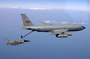 KC-135 Stratotanker ravitaillant un F-16 à l'aide d'une perche rigide