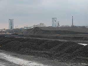 L'exploitation souterraine ou à ciel ouvert du charbon (ici à Bielszowice, en Pologne) a toujours des impacts sur le paysage, l'environnement et la santé. Le charbon est aussi une source de CO2, gaz à effet de serre, de même que le méthane qui dégaze des veines à l'air libre sous forme de grisou ou de gaz très dilué