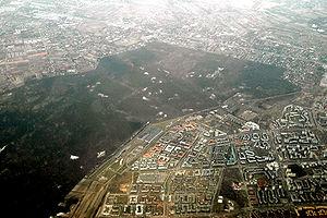 Insularisation (par encerclement) de la for�t de Kabacki par la banlieue de Varsovie (Pologne, F�vrier 2007)