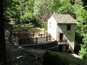 Castanet-le-Haut (34) - Moulin du Nougayrol. Remarquer la cuve pour stocker l'eau n�cessaire au fonctionnement et la conduite pour amener cette eau.