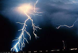 La foudre fut la première manifestation visible de l'électricité pour les humains.