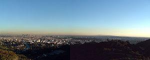 Los Angeles vue des hauteurs. On peut remarquer la présence de plusieurs quartiers d'affaires, symbolisés par la présence d'immeubles et de gratte-ciel, en plus du véritable centre historique, ce qui caractérise bien l'absence de véritable centre-ville à Los Angeles.