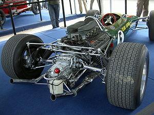 Le moteur porteur Cosworth DFV, et la suspension à bras parallèles de la Lotus 49 (version de 1967)