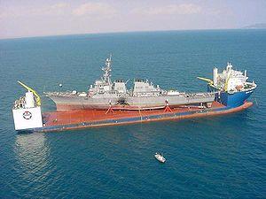 Le Blue Marlin (avant son agrandissement) transportant l'USS Cole endommagé.