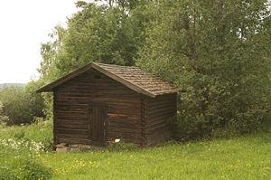 Un bois bien coupé, d'une essence appropriée, protégé de l'eau par une bonne toiture en débord, et isolé des remontées capillaires du sol par un soubassement de pierre durera plusieurs siècles (ou millénaires dans les meilleures conditions)