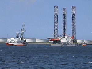 Le Mighty Servant 3 chargeant une plate-forme pétrolière à Rotterdam.